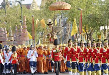 バンコクの王宮を出発するタイのワチラロンコン国王の祝賀パレード=5日(共同)
