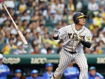 9回阪神2死一塁、福留が右越えにセ・リーグ通算5万号本塁打となるサヨナラ2ランを放つ=甲子園
