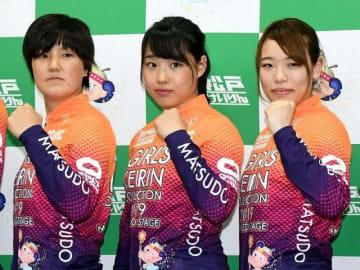 2日に行われるレースに向け、報道陣の写真撮影に応じた高木さん(中央)=1日、千葉県松戸市