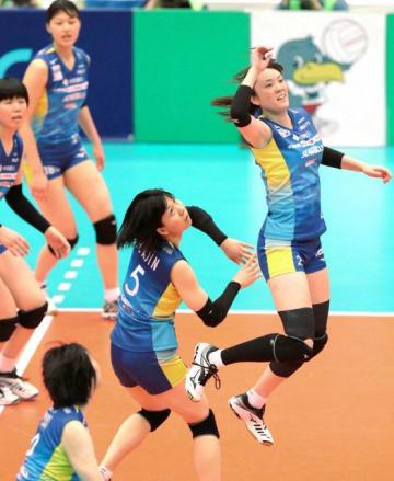 第3セット、攻撃を仕掛ける山口舞(右)ら岡山シーガルズの選手たち=丸善インテックアリーナ大阪