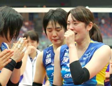 現役最後の試合を終え、感極まる岡山シーガルズの山口舞選手=丸善インテックアリーナ大阪