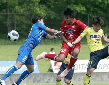 【大分―松江】後半、大分のFW井上(32)はヘディングシュートを決め、リードを広げる=昭和電工サッカー・ラグビー場