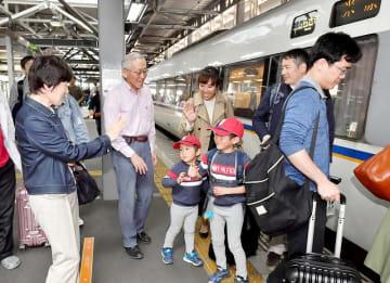 Uターンラッシュが本格化し、見送りを受けながら列車に乗り込む帰省客=5月5日、福井県福井市のJR福井駅