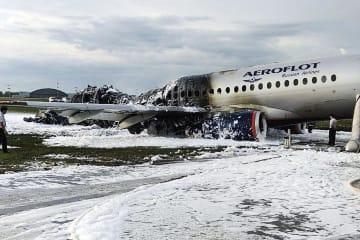 モスクワ北西部のシェレメチェボ空港で炎上し、激しく損傷したアエロフロート・ロシア航空の旅客機=5日(AP=共同)