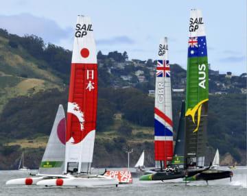 第4レースで航行する日本艇(左)=米サンフランシスコ(共同)
