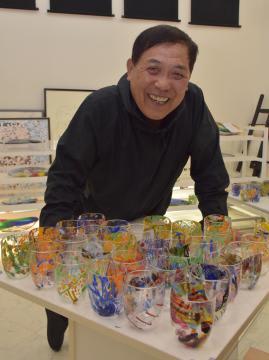 ベネチアンガラスのグラスを制作した藤代範雄さん=行方市沖洲
