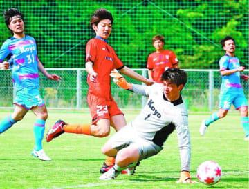 FC徳島対光洋シーリングテクノ 後半20分、FC徳島の大西(左から2人目)がゴールを決める=徳島スポーツビレッジ
