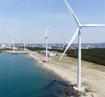 秋田市向浜の沿岸に並ぶ風車。小型無人機ドローンで撮影すると、壮大な自然の中に巨大な風車群が広がっている=4月17日