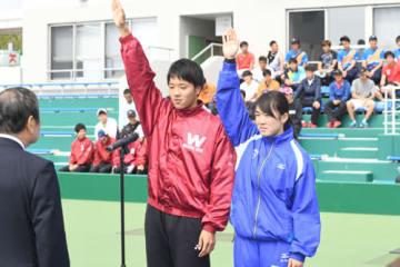 【選手宣誓する三重高出身の内田理久(早大)、久保晴華(日体大)両選手=四日市テニスセンターで】