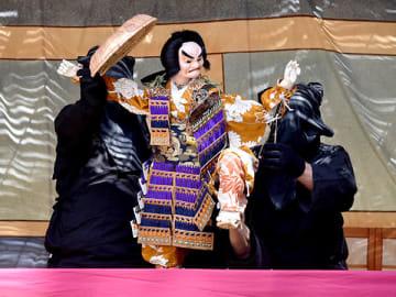 巧みな人形さばきが披露された出牛浄瑠璃人形=5日午後、皆野町金沢の萩神社