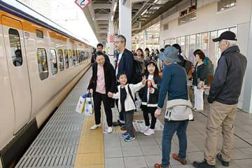 山形新幹線つばさの出発を待つ乗客。見送りに来た人と手を振り合う様子も見られた=5日午前10時、JR山形駅