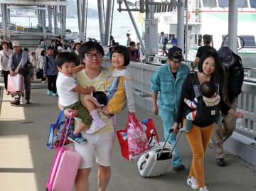 古里から帰るUターン客でにぎわう長崎港ターミナル=長崎市元船町