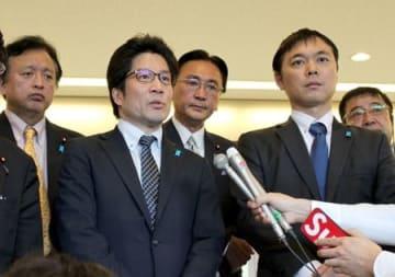 米国から帰国後、報道陣の取材に応じる横田拓也さん(左から2人目)=5日、成田空港
