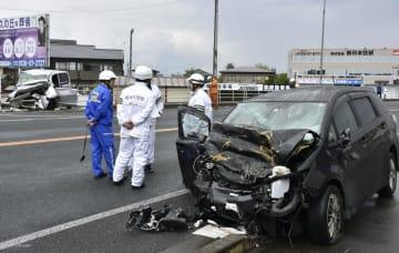 宇都宮市西原町の国道で衝突した乗用車と軽乗用車(左奥)=6日午前10時8分
