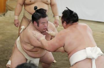 稽古総見で汗を流す新大関貴景勝(左)=両国国技館の相撲教習所