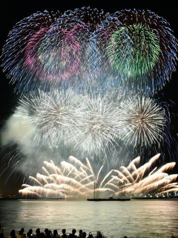 大輪が夜空いっぱいに広がり、初秋の横浜港を彩った「スカイシンフォニ-インヨコハマ」=臨港パーク前(2018年9月)