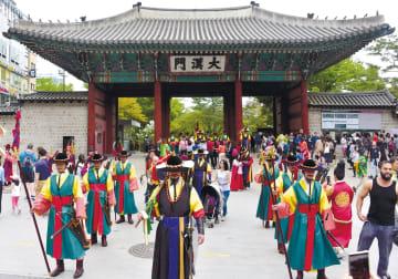 【壮麗】徳寿宮の兵士交代セレモニーは、韓流ドラマのような華やかさ。30人の兵士が音楽を奏でながら、壮麗な歴史舞台を再現する