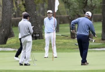 友人らとゴルフを楽しむ安倍首相(中央)=6日、山梨県山中湖村