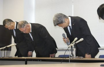 記者会見で謝罪する高萩市教育委員会の大内富夫教育長(右)ら=6日午後、茨城県高萩市役所