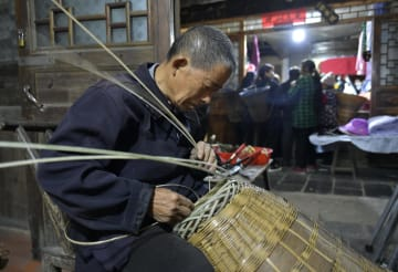 慶陽古街に店を構える竹製品の修理職人 湖北省恩施