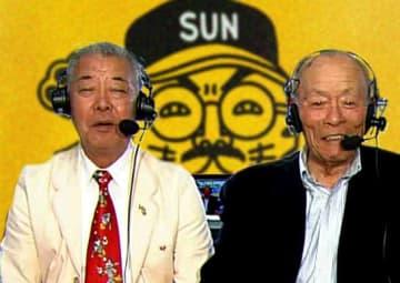 放送席の福本豊さん(左)と小山正明さん(右)