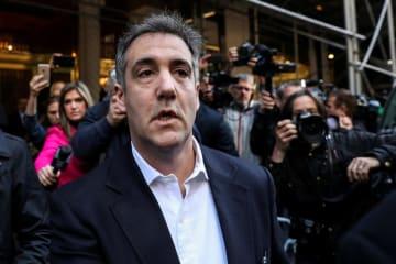 ニューヨークの自宅アパートを出るマイケル・コーエン被告=6日(ロイター=共同)