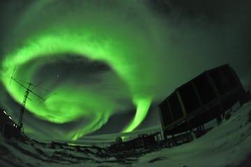 国立極地研究所がインスタグラムに投稿した南極のオーロラ(同研究所提供)