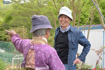 地域の人たちとの会話が弾む旧橋猛さん=4月29日午後、常陸大宮市諸沢