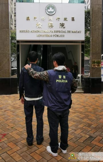 不法録音及び撮影罪で検察院送致される被疑者(写真:マカオ治安警察局)