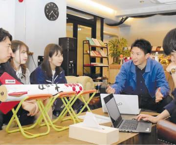 学生たちとロケット製作教室の打ち合わせをする大西さん(左から4人目)=仙台市青葉区