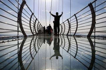 ガラスのつり橋で「空中散歩」 江蘇省江陰市