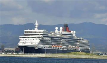 青森港に初寄港し、新中央埠頭に接岸する大型客船「クイーン・エリザベス」=7日午前7時35分ごろ