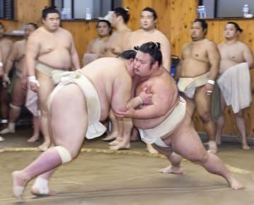 二所ノ関一門連合稽古で、阿武咲(左)に胸を出す貴景勝=7日、東京都江東区の尾車部屋