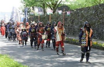 甲冑や忍び装束などで会場内を練り歩いた武者行列=人吉市