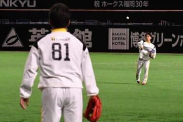 ソフトバンク・工藤監督(左)とキャッチボールを行った東浜巨【写真:藤浦一都】