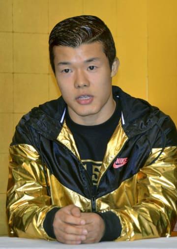 記者会見するWBCスーパーバンタム級暫定王者の亀田和毅=7日、和歌山県上富田町