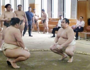東京・両国国技館内の相撲教習所で稽古する横綱鶴竜(右)=7日