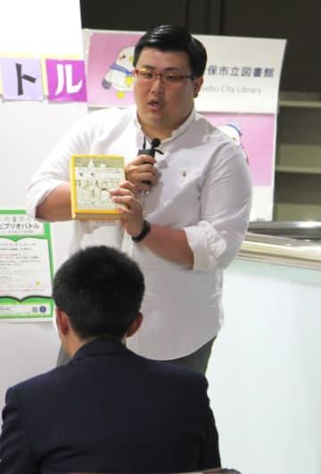 本の魅力について語る浅井さん=佐世保市立図書館