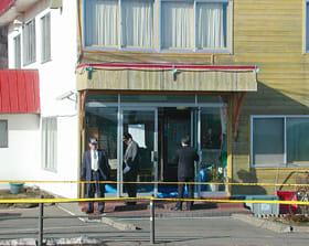 支配人の男性が殺害され、売上金が奪われた温泉宿泊施設。道警は捜査本部を設置し、若い男女の行方を追った=平成14年1月25日、白老町虎杖浜
