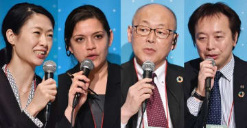 セッション「サプライチェーン管理の新たな挑戦」。左からファシリテーターの古澤千明氏、CDPのソニア・ボンスレー氏、日本マクドナルドの岩井正人氏、ブリヂストンの稲継明宏氏