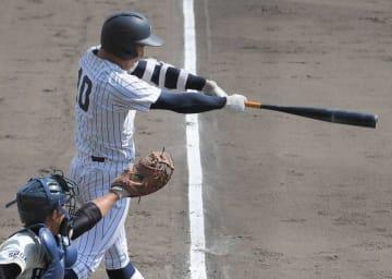 彦根東-滋賀学園 8回裏滋賀学園2死一、二塁、右翼線に三塁打を放つ竹本(皇子山)