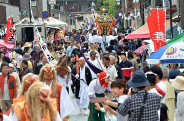 御神幸行列に多くの人だかりができた天岩戸神社春季大祭。10連休の期間中、県内の観光地は大勢の観光客が押し寄せた=3日、高千穂町岩戸