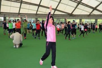 天満屋女子陸上部の選手(手前)と体を動かす参加者