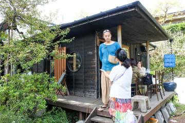 古い住宅を改装した「菌カフェ753」で行われたマルシェとカフェを運営する辻一毅さん(中央)=横浜市緑区中山町