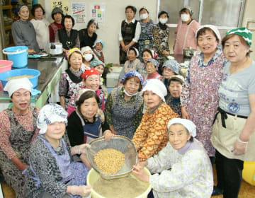 大豆と麦こうじでみそを手作りしている大在婦人会=大分市の大在公民館