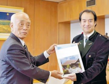 中川市長(左)から委嘱状を受け取る福田さん