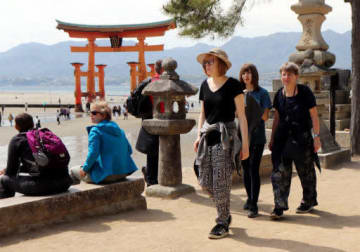 外国人観光客たちでにぎわう宮島。宿泊税の創設には特に外国人の反発が強い(4月17日)