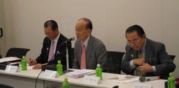 国会議員らの前で講演する日下野理事長(提供写真)