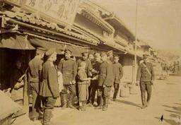 姫路の市街地で買い物をするロシア兵捕虜(北海道大学スラブ・ユーラシア研究センター提供)
