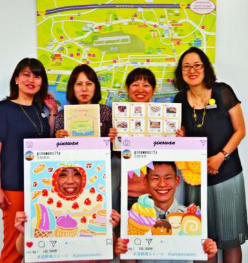 スイーツマップやフォトフレームを作り、「スイーツのまち」をPRする宜野湾市役所の職員有志=4月23日、同市役所